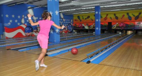 משחק באולינג – כיף, הנאה ותרומה להתפתחות הילדים