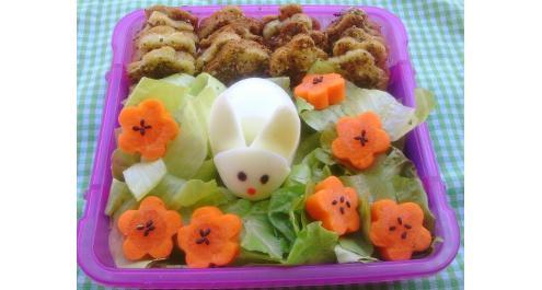 בנטו אביבי עם טוסט פיתה, ביצת ארנבת וגם חסה וגזר