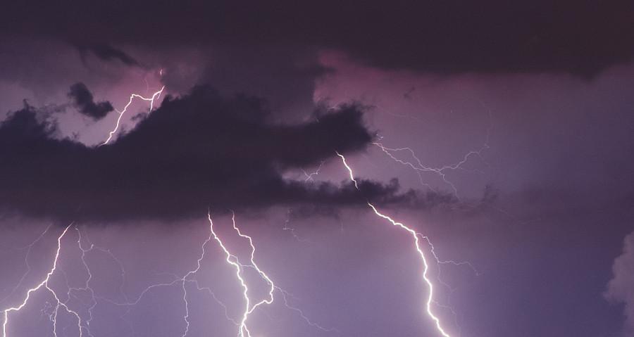 ברקים ורעמים: מה עושים כשילדים פוחדים