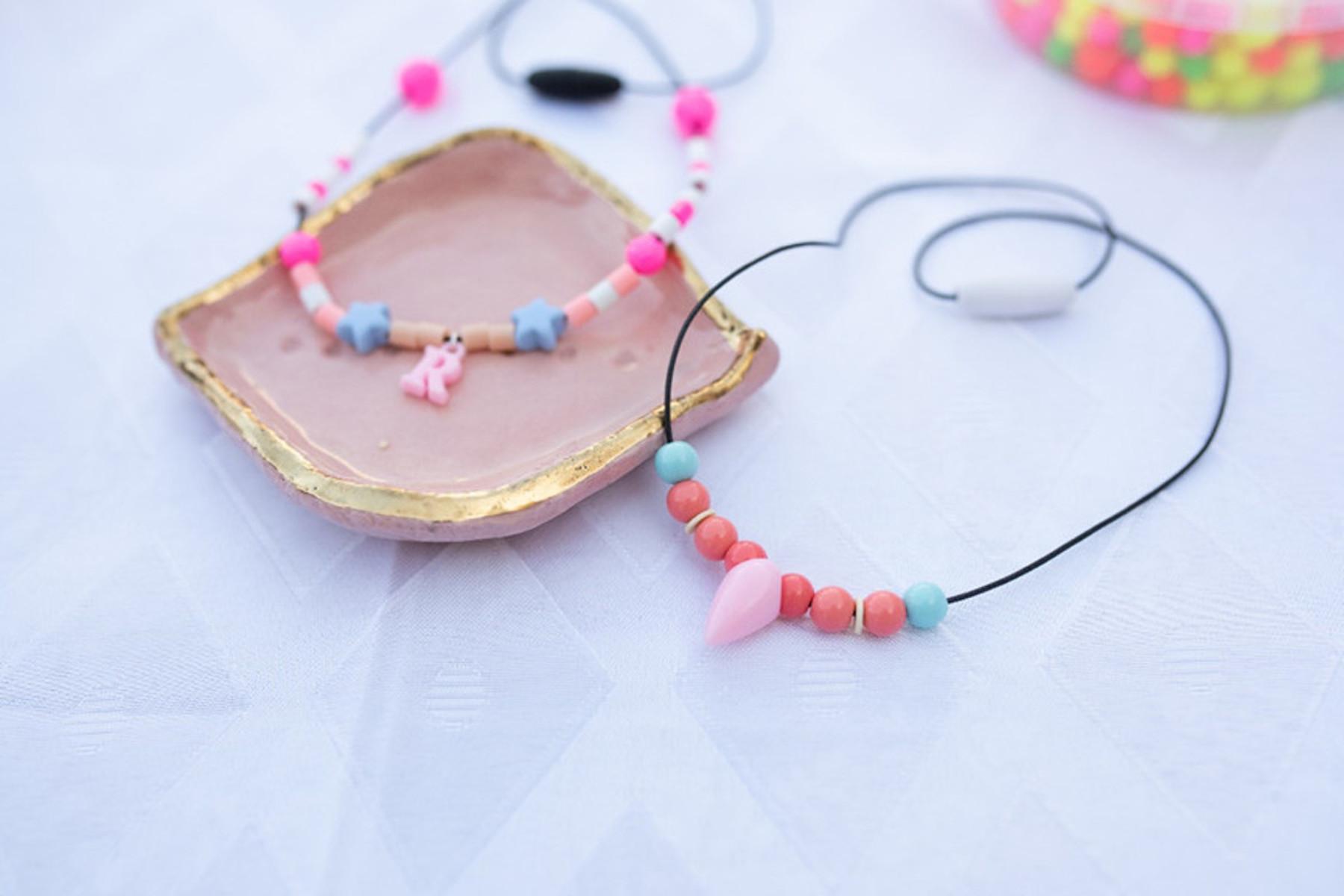 פעילויות לילדים: הכינו שרשרת מעוצבת וצבעונית