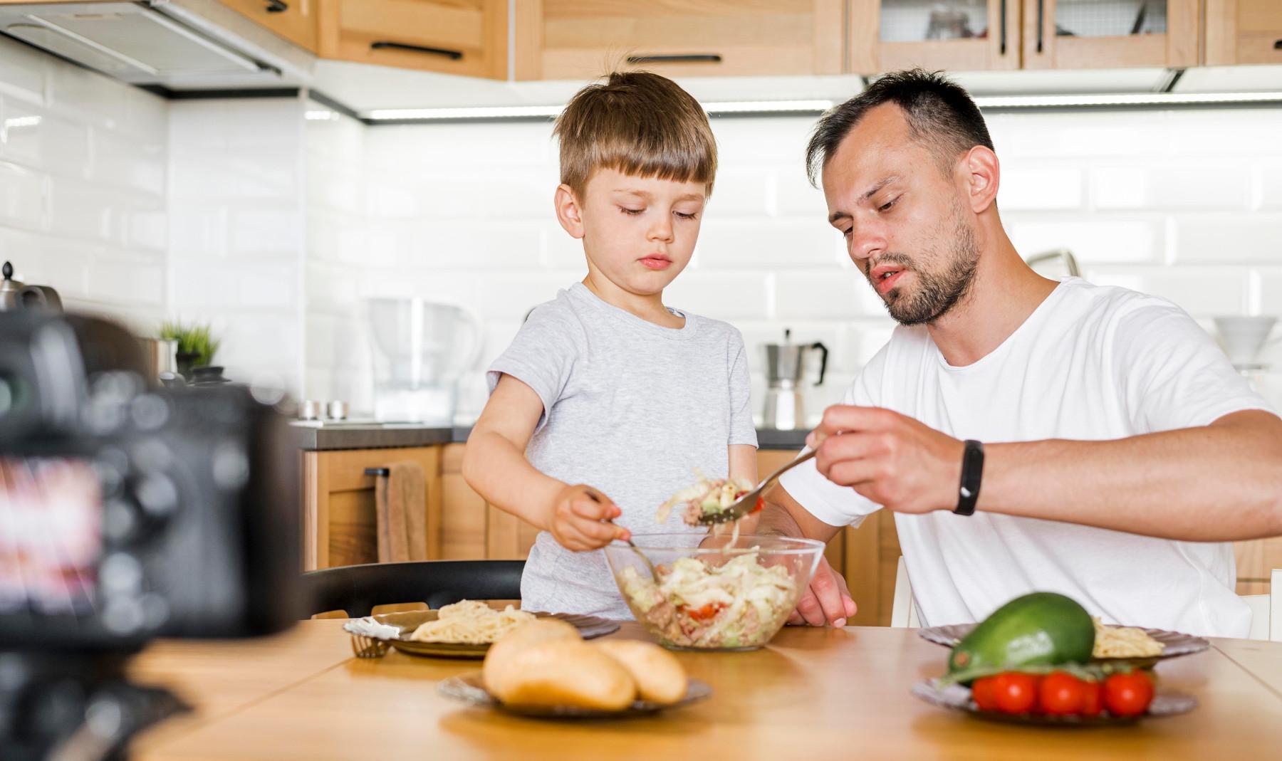 ילדים במטבח – משימה בלתי אפשרית או הזדמנות לשיתוף ולמידה?